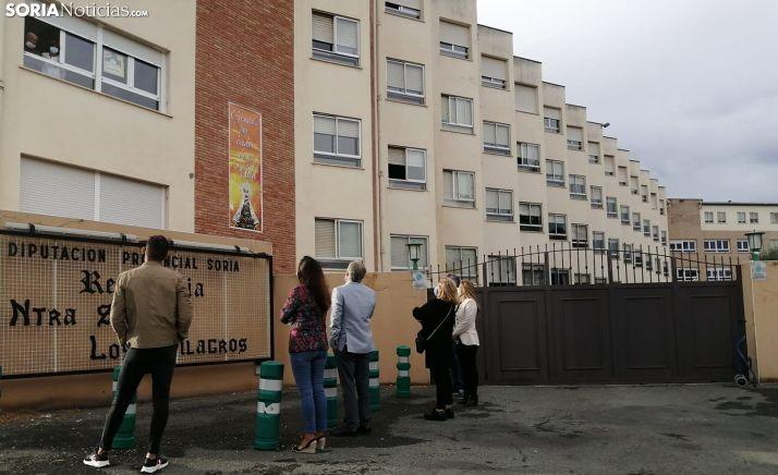 Familiares conversan con un residente en Ágreda. /SN