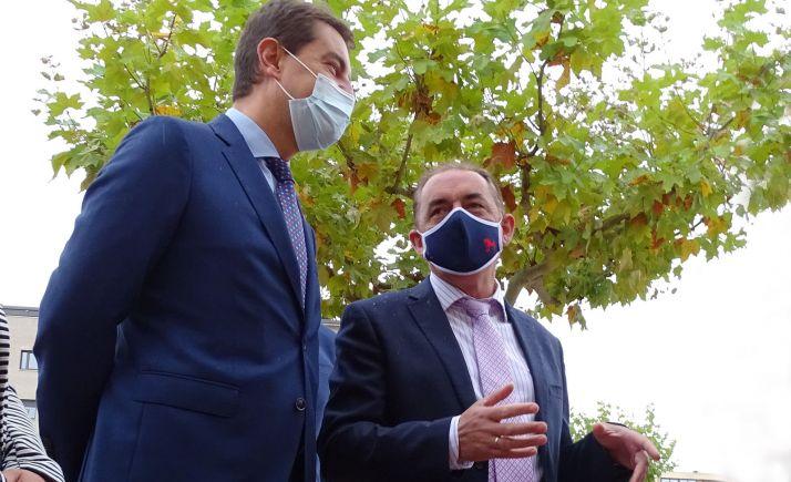 Serrano (dcha.) con el consejero de Presidencia en una visita a Golmayo. /SN