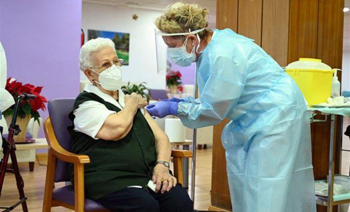 Araceli Rosario Hidalgo, la primera española que recibe la vacuna.