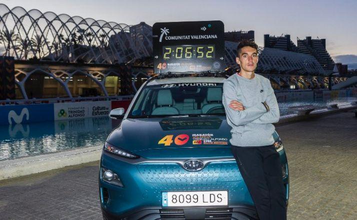 Dani Mateo, en la presentación del Maratón, junto a la marca del récord de España