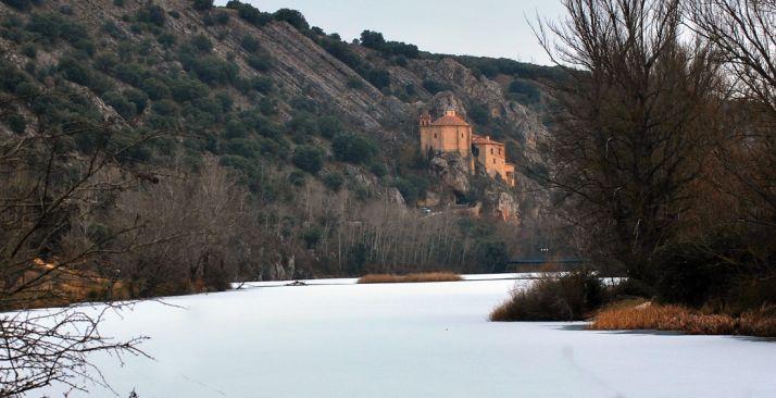 El Duero helado, con San Saturio al fondo. Imagen de archivo.