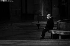 Un hombre, pensativo, en Soria. Viksar Fotografía.