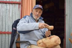 Clemente Palacios, trabajando una talla en su taller de Fuentetovar.