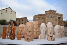 Algunas de las figuras de madera que ha tallado.