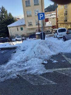 Foto 4 - Foto Denuncia: Usan los aparcamientos de minusválidos para almacenar la nieve retirada