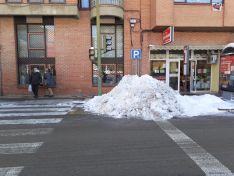 Foto Denuncia: Usan los aparcamientos de minusválidos para almacenar la nieve retirada