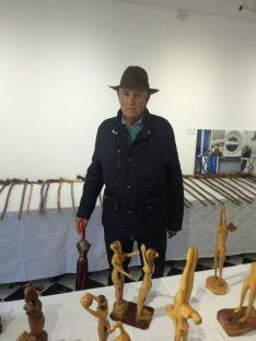 Clemente Palacios en la exposición realizada en el centro cultural de la Cala del Moral (Málaga)