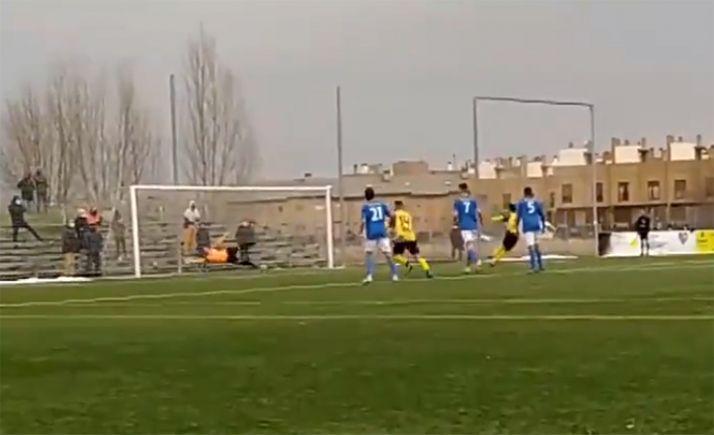 Imagen del penalti que daba el 2-1 a los locales. /CDC