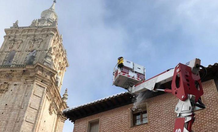 Trabajos de altura en los tejados de El Burgo