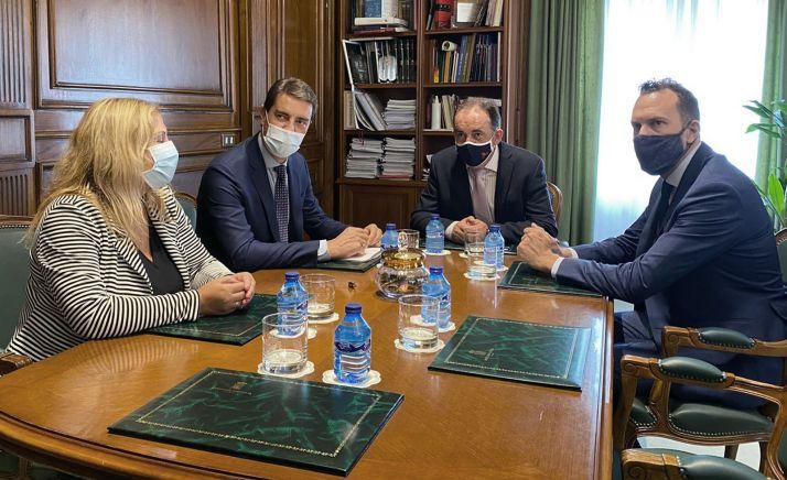 Visita del consejero de presidencia (2º izda.) a la Diputación el pasado septiembre.
