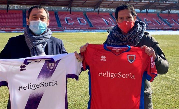 Javier Muñoz (izda.) y Javier del Pino, del Ayuntamiento y del club respectivamente, con la nueva indumentaria. /CDN
