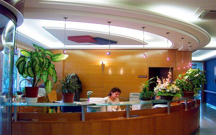 La recepción en el hall principal del centro de mayores.