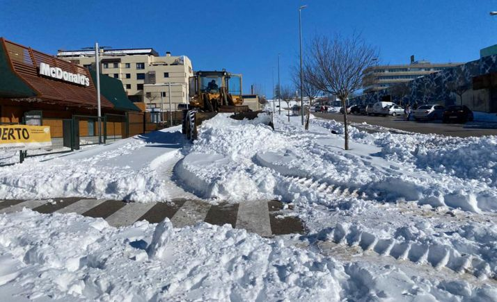 Labores de retirada de nieve en la urbanización Camaretas. /AG