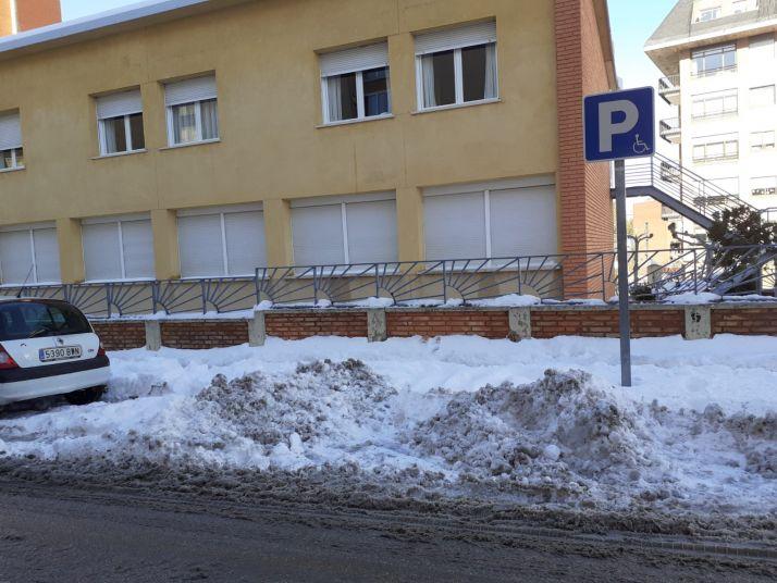 Foto 2 - Foto Denuncia: Usan los aparcamientos de minusválidos para almacenar la nieve retirada