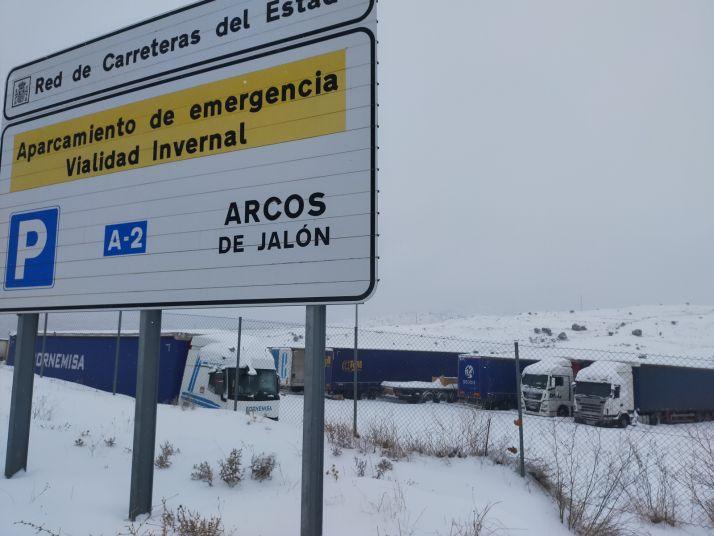 Más de 300 vehículos, embolsados por la nieve en la A-2