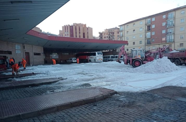 Foto 2 - La Junta mantiene los trabajos de limpieza de hielo y nieve en zonas urbanas de la capital y la provincia