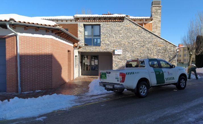 Labores de retirada de hielo y nieve en los accesos al centro de salud de San Pedro Manrique. /Jta.