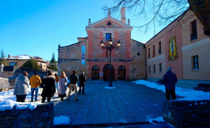 Fieles escuchando la eucaristía dominical en El Carmen burgense.