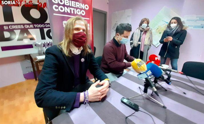 Pablo Fernández (izda.) junto a Mario Calonge, hoy en la sede de Podemos Soria. /SN