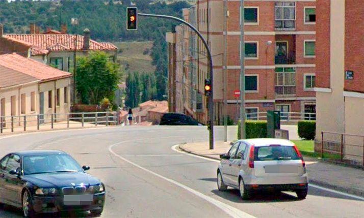 El semáforo en sentido de bajada en la travesía. /GM