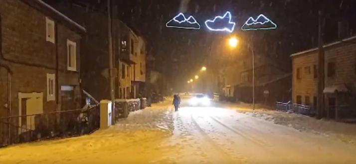 Vídeo: Nieva sobre nevado y ya cubre las carreteras de Pinares