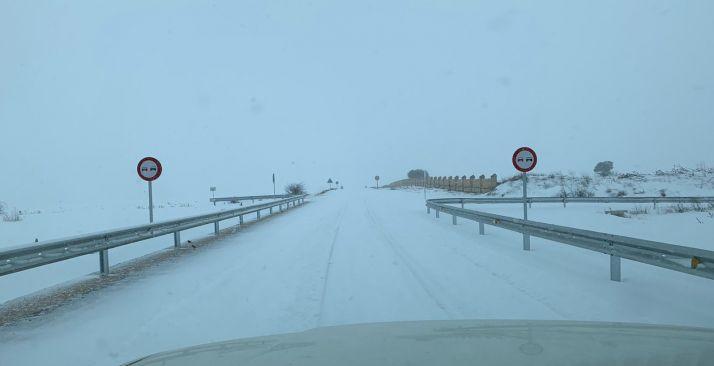 Una carretera soriana muy afectada por la nieve.