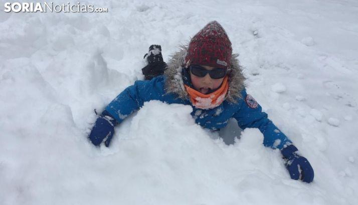 Un pequeño disfruta de la nieve en Soria.