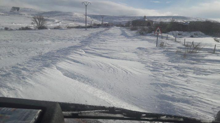 Imagen de una carretera soriana totalmente cubierta de nieve.