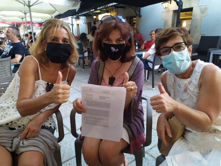 Yolanda, Julia y Marta, contentas en la plaza de Covaleda.