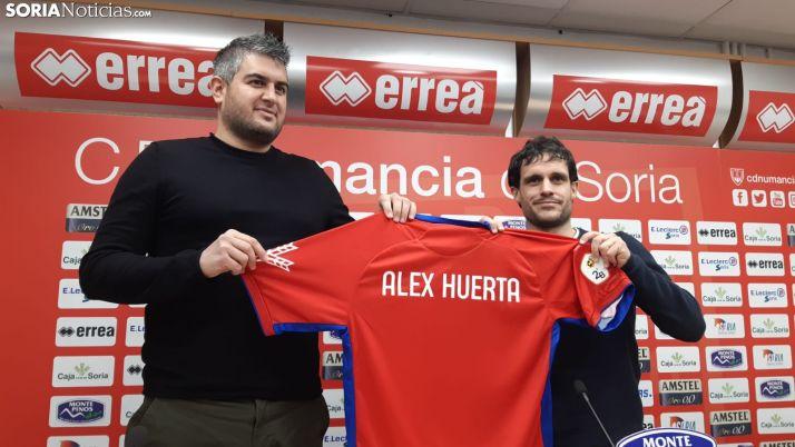 Alex Huerta y Fernando Alonso durante la presentación.