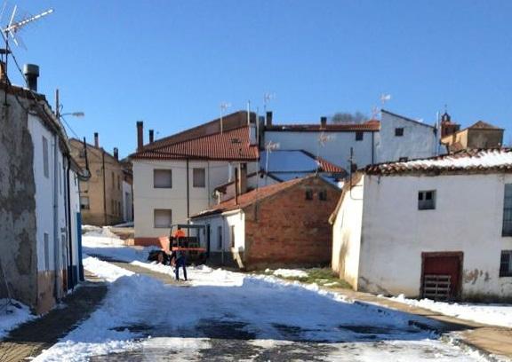 Tardelcuende retira más de 20 toneladas de nieve de sus calles
