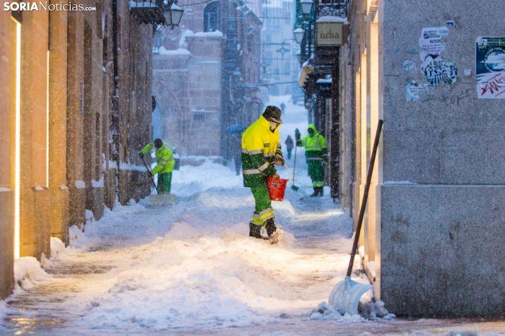 Efectivos municipales contra la nieve. /Viksar Fotografía