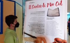 Un alumno contempla uno de los paneles didácticos. /Escolapios