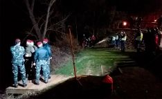 Efectivos del GEO de la Policía Nacional en la orilla del río esta noche. /SdG