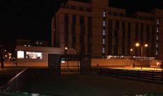 Una imagen de la cancha por la noche.