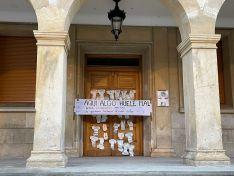 Llenan de pañales la puerta del Ayuntamiento de Soria