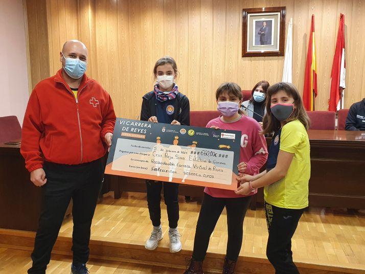 Entrega de la donación a Cruz Roja San Esteban de Gormaz.