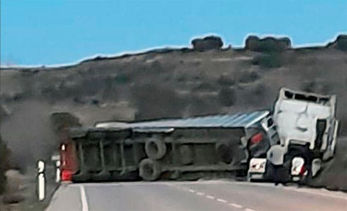 Herido el conductor de un camión al volcar con su vehículo