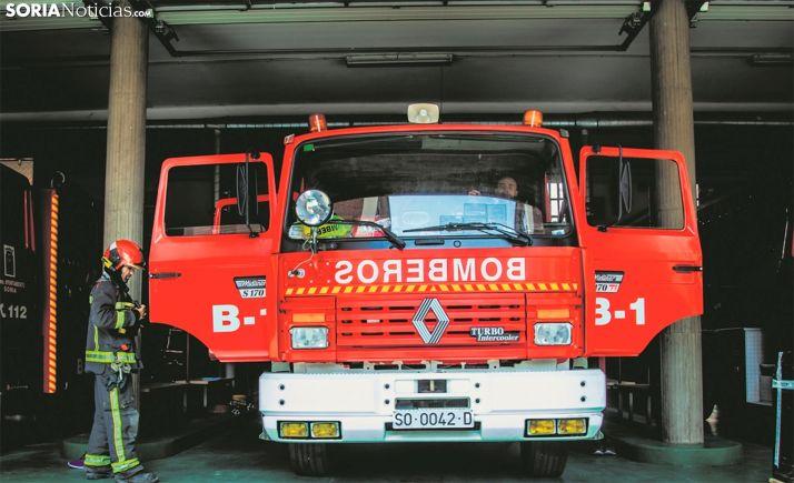 Un vehículo y efectivos en el parque de Bomberos de la capital. /SN