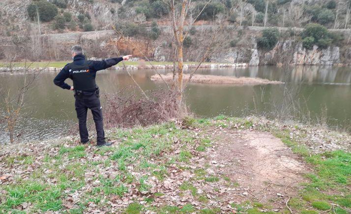 Un agente del CNP en el Duero durante el dispositivo desplegado. /SN