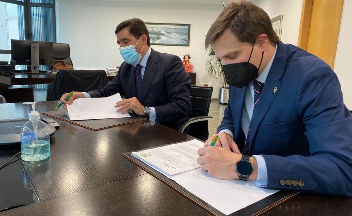 Martínez (izda.) y Alonso, en la rúbrica del acuerdo. /CRS