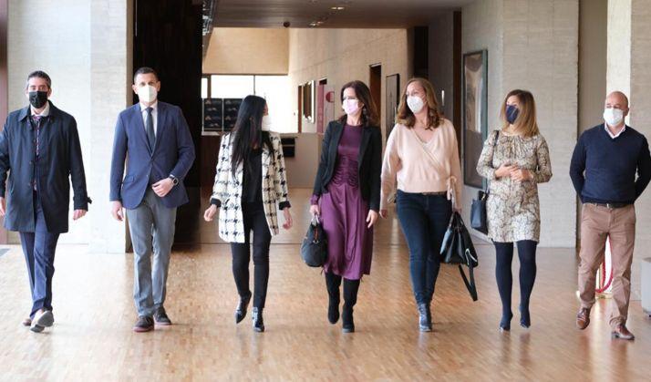 La consejera (ctro.) con miembros de la Comisión de Empleo. /Jta.