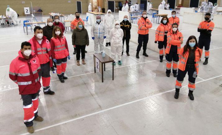 Voluntarios de Cruz Roja y Protección Civil junto con responsables de las pruebas tras la conclusión de estas. /Jta.