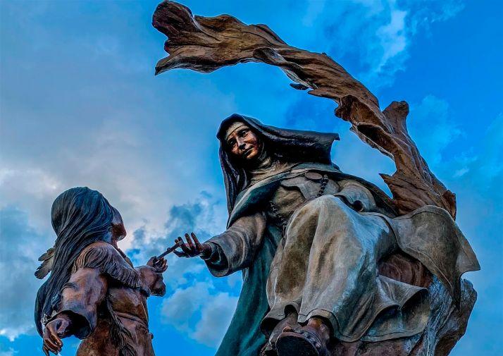Detalle del conjunto escultórico en honor a Sor María en San Angelo.
