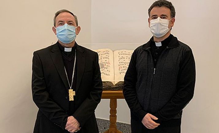 El nuevo canónigo, a la derecha, junto al obispo diocesano. /DOS