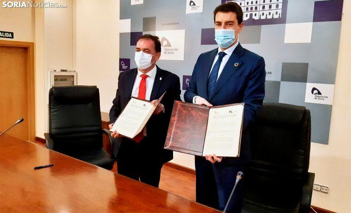 Serrano (izda.) e Ibáñez, con el documento suscrito hoy. /SN