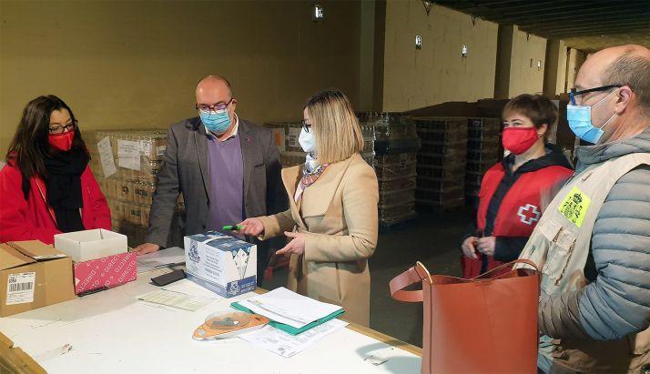 El subdelegado (izda.) hoy en el almacén de alimentos de Cruz Roja. /SdG