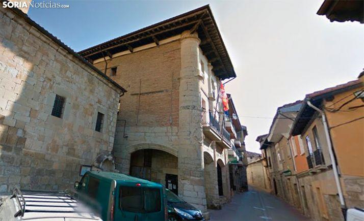 Imagen de una calle de la localidad, con el ayuntamiento a la izquierda. /GM