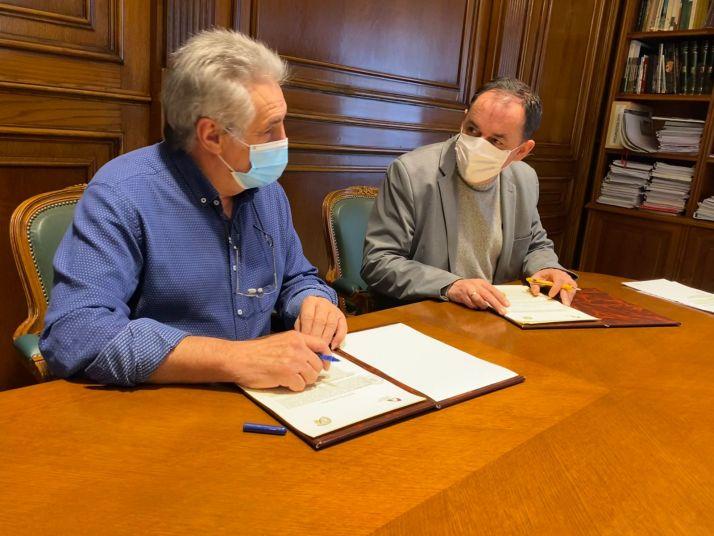 Carlos Heras y Benito Serrano durante la firma del convenio.