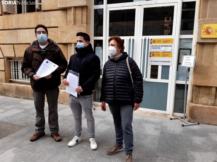 Representantes de Podemos frente a la Subdelegación del Gobierno.